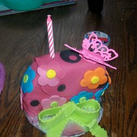 Bella's Purse Cake 6in round cake covered in fondant, made just for the birthday girl to destroy :) Please please let me know what you think.
