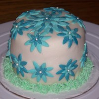 Blue Daisy A little 4inch cake I made. Covered in fondant with fondant daisies!