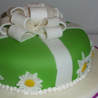 Ribbon And Daisies Green MMF with fondant/gumpaste ribbon and fondant daisies. For Wilton 3 final.