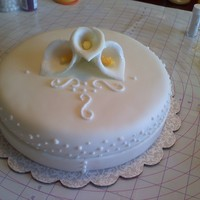 Round Cake With Gumpaste Calla Lilly Just playing around.....trying to make gumpaste calla lillies