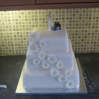 Ivory Cake With Daisies