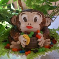 Monkey Cake Fondant covered with chocolate powder gives this monkey a furry look.