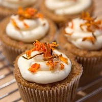 Carrot Cupcakes Carrot cupcakes with toasted candied carrot and sugar on top :)