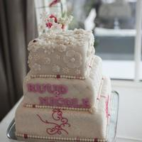 Weddingcake Weddingcake in off white with pink details