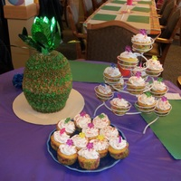 3D Pineapple With cupcakes :)