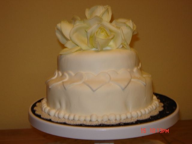 Disk_2_148.jpg Short notice wedding cake. White cake with marshmellow fondant. Its a 6 inch with 8 inch and fresh roses. Not bad for just a hurry hurry...