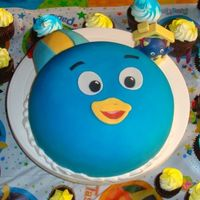 Pablo From The Backyardigan's Small cake with 100 cupcakes.