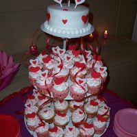 Valentines Cake With Cupcakes
