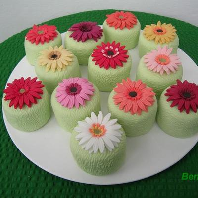 Minicakes With Gerbera Daisies