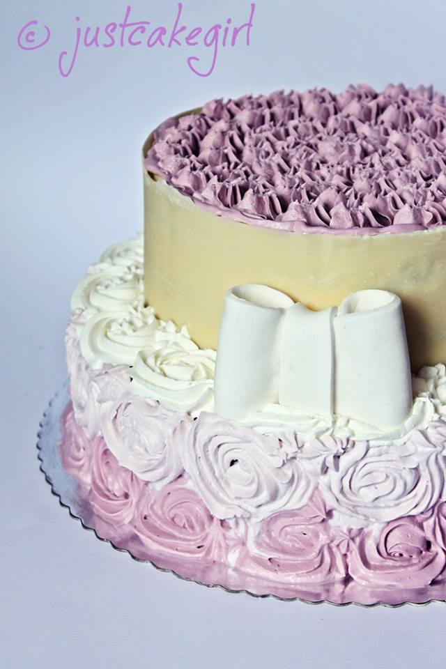 how to cut a two tier round cake