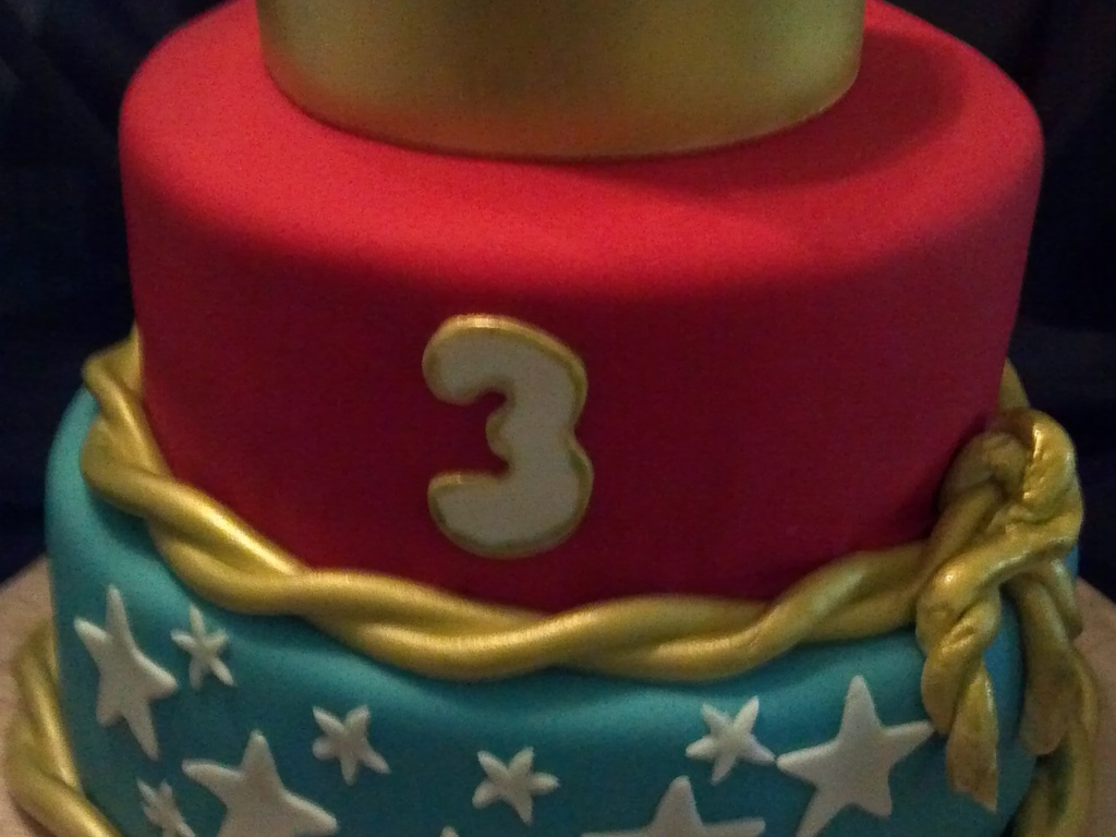 Wonder Woman Birthday Cake For A 3 Year Old Covered In Fondant Crown And Laso Airbrush Edible Gold Facebook Casa De Cakes