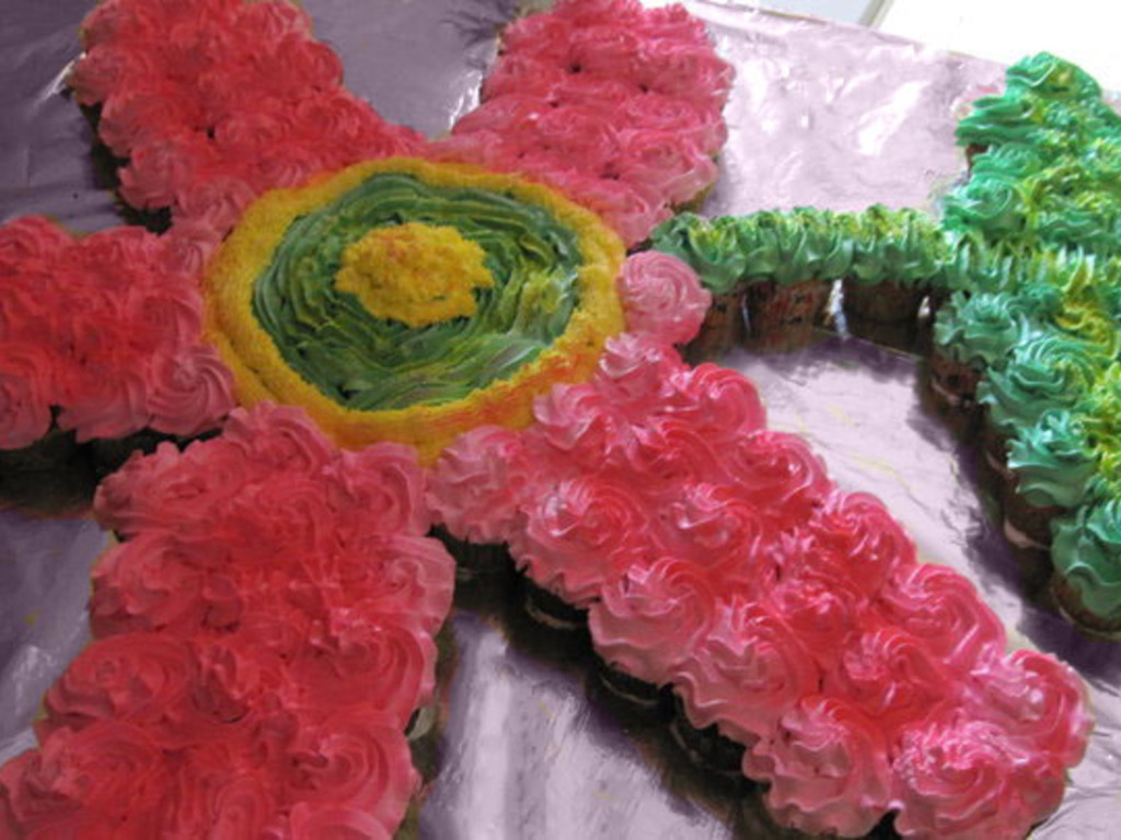 Hawaiian Flower Cake With Cupcakes Cakecentral Com