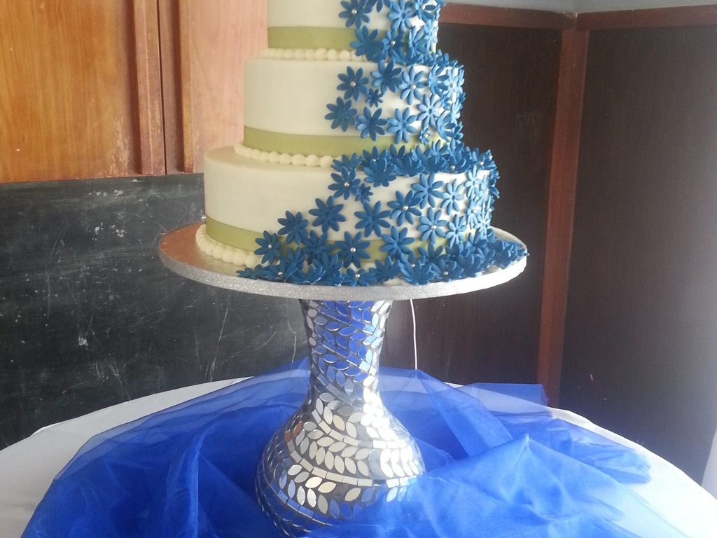 Wedding cake with blue flowers and fish down the back cakecentral izmirmasajfo