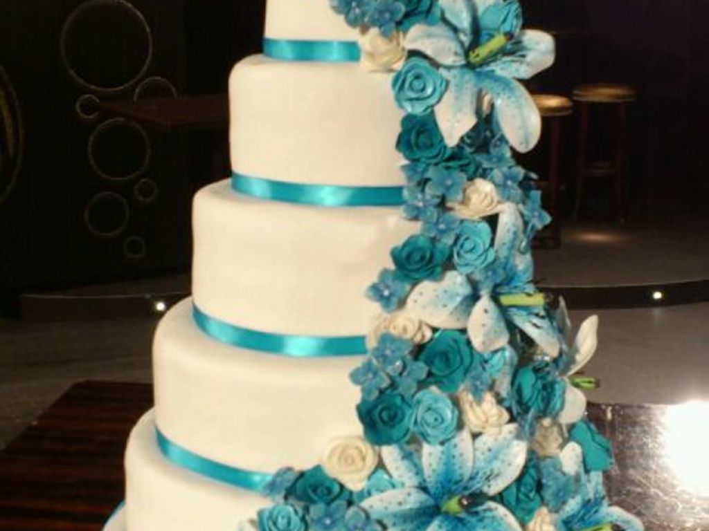 White wedding cake with lots of blue flowers cakecentral izmirmasajfo