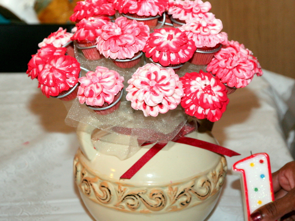 194 & Cupcake Flower Vase - CakeCentral.com