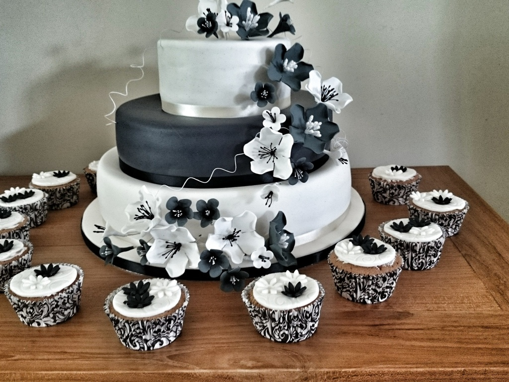 Weddingcake with black and white sugarflowers with matching weddingcake with black and white sugarflowers with matching cupcakes cakecentral dhlflorist Image collections