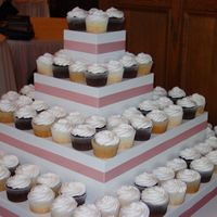 Kisha 150 cupcake wedding cake, banana with chocolate ganache filling, vanilla white, chocolate fudge. All with a whipped buttercream icing.