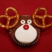 Reindeer Cookie Cups  I have been seeing these on here and wanted to try them. They are chocolate chip cookies baked in a mini muffin pan, topped with chocolate...