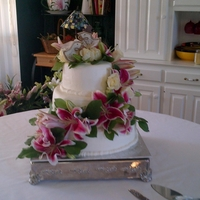 Plain Round buttercream icing, no decorations, flowers focal point