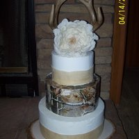 Deer Hunter's Wedding Cake Covered in buttercream, burlap wrap, center tier is Realtree edible image