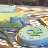 Scouts The idea of these cakes (specially the rectangular with the ribbon) is that children can sign their names using edible pens.