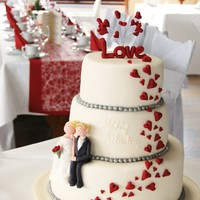 Heart Wedding Cake with a little gumpaste Wedding Couple ;O)