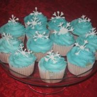 New Year Snowflake Cupcakes I made these for New Year's. The frosting is buttercream and the snowflakes are made of royal icing. This was fun to make!