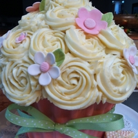 Giant Cupcake Thanks to West Sussex Cake Co. for chocolate instructions and to I Am Baker for rose technique.