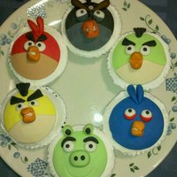 Angry Birds Cupcakes Fondant sculpted angry birds cupcakes on top of buttercream frosting.