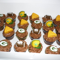 Green Bay Packers Cupcakes   Chocolat cupcakes with chocolate buttercream topped with fondant decorations :)