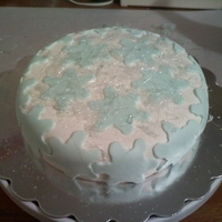 Snowflake Cake This snowflake cake uses fondant for the snowflakes, I used sugar making to create the frost effect