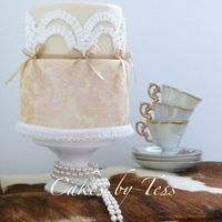 Ruffle Cake white en beige wedding cake, bottom tier is de damask stencil