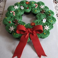 Christmas Cupcake Wreath It seems everyone likes to make these cupcake wreaths for Christmas. They are a lot of fun and fairly easy. I added fondant accents on it,...