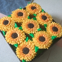 Sunflower Cupcakes How i wish I can pipe with my left hand to