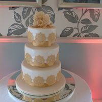All That Glitters! Claire Bowman's Soft Gold Cake Lace and Alexandra mat. David Austin Rose, buds, berries and leaves for the top tier.