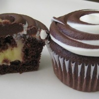 Black/white Cupcakes Chocolate cupcakes filled with vanilla pudding and finished with a simple chocolate/vanilla swirl, yum!