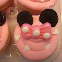 Minnie Mouse Ear Cupcakes The ears are mini oreos. Bows were fun to make! TFL