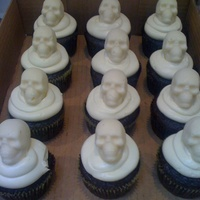 Halloween Cupcakes Smb with white chocolate skulls. the skull were made using the wilton halloween skull molds. ftl