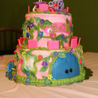 Castles, Prinsesses And Pink   White vanilla cake with strawberry filling, butteR cream icing and fondant accents. RI tiara.
