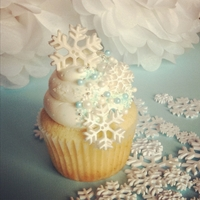Melinda Sweet vanilla cake with vanilla SMBC topped with sugar pearls, sprinkles & sugar and fondant snowflakes.