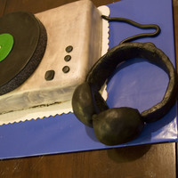 Turntable Cake This was a going away cake for a friend. It was my very first fondant cake. Head phones made from RKT covered in fondant.