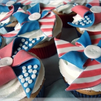 4Th Of July Pinwheels Strawberry cupcakes with whipped buttercream icing and fondant toppers. Got the idea from Half Baked Cake blog. TFL