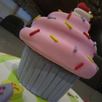 Cupcake Cake  Taught by Andrea Sullivan. The giant Cupcake Class I took. My kids had fun tearing into this cake when I got home from class. Super fun to...