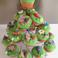 Spring Cupcakes With Flowers En Butterflies Cupcakes made ​​for the elderly with dementia where I volunteer!They said they were beautiful and delicious!Always nice...