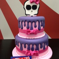 Monster High Oficial Monster Cake Real fondant cake.First floor of 15cm in diameter and 10 cm high. Caramel cake with buttercream filling and vanilla flavor.Second floor one...