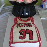 Chicago Bulls Cupcakes and cake, filled with pineapple,topped with madagascar vanilla buttercream