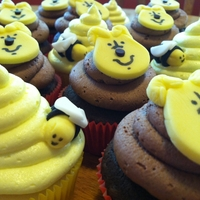 "Pooh Bear And ""hunny"" Bees Check out my blog for a tutorial on how to make these cupcakes. http://thekitchendunce.blogspot.com/2012/04/how-to-make-pooh-bear-cupcakes...."