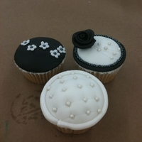 Black And White Cupcakes Some black and white cupcakes I made to teach in my cupcake class