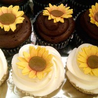 Sunflower Cupcakes A friend and I made these for another friends wedding
