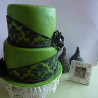 Black Damask  een green cake with black damask. This is a cake for a men. I find it a bit difficult, I did'nt want to make the cake to womenly, bud...
